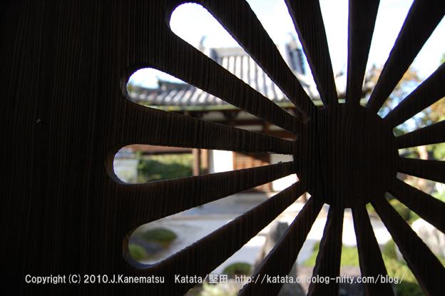 酬恩庵一休寺・菊花の透かし彫り(墓所)