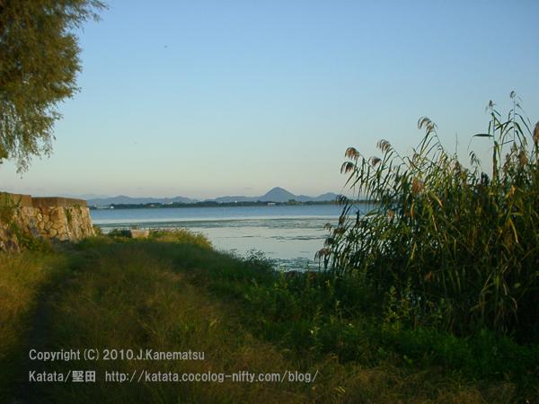 秋の夕暮れに、琵琶湖岸で、三上山を眺めて