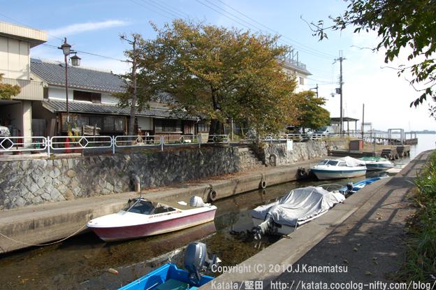 秋の堅田港付近(琵琶湖から引かれた水路にて、撮影)