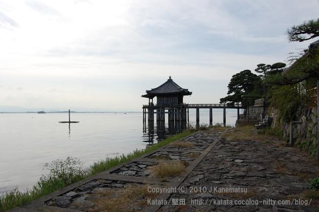 北湖岸から見た浮御堂