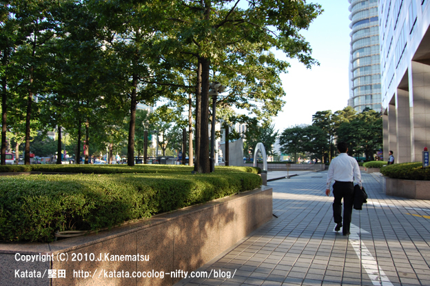 ソウルの朝、オフィス街と男性