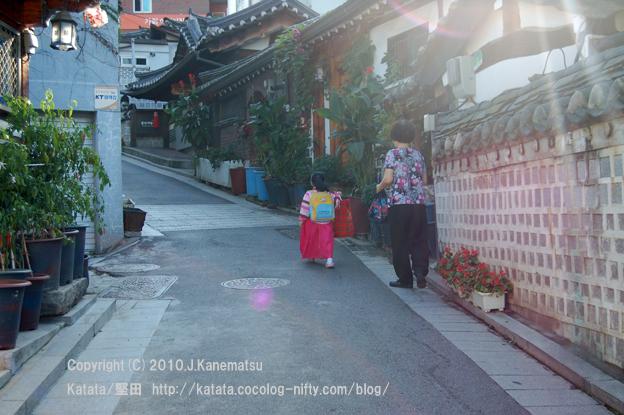 ソウルの朝、北村韓屋村の少女