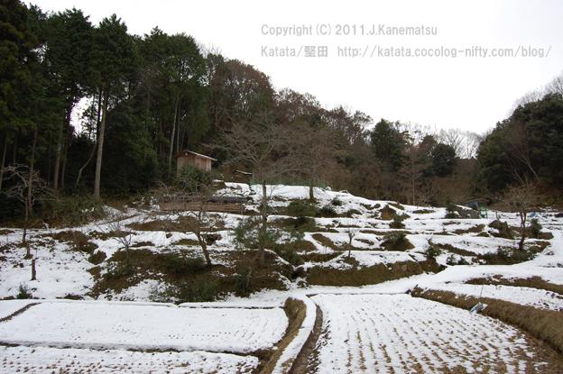 里山の冬、雪の棚田