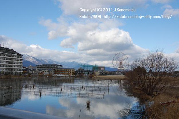 雪の比良山系、堅田内湖に映る影