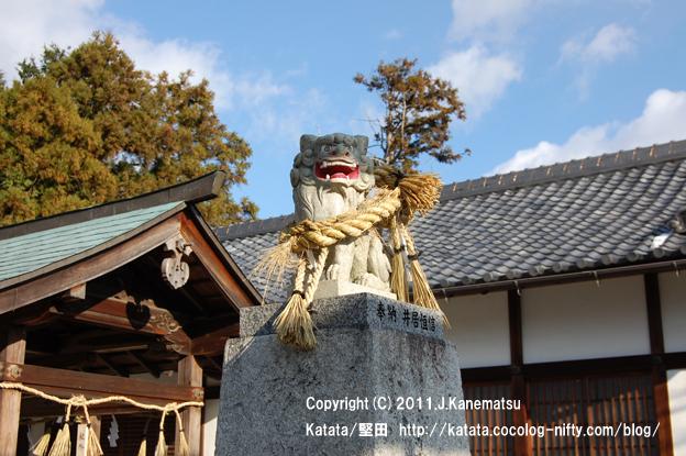 伊豆神社の狛犬 (右側で口を開けている狛犬=阿形(あぎょう))