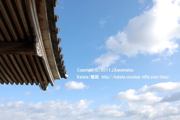 浮御堂の屋根と、冬の空