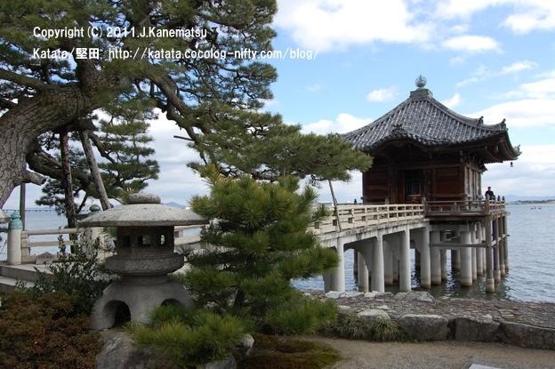 これが、琵琶湖の上に建つ寺、浮御堂です。