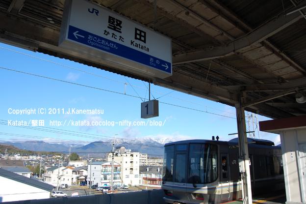 堅田駅にて、雪の比良山系とJR221系
