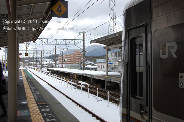雪の堅田駅、京都行きホームにて