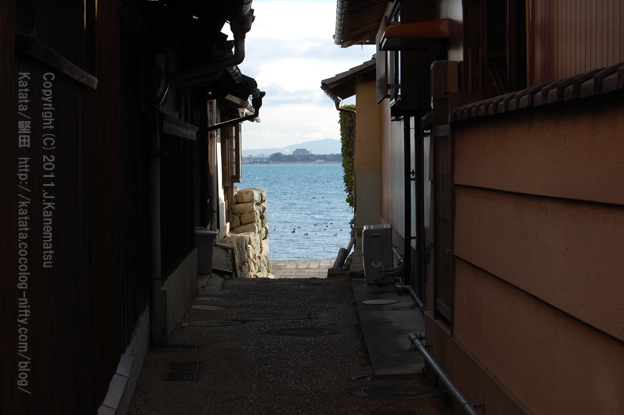 琵琶湖が見える路地