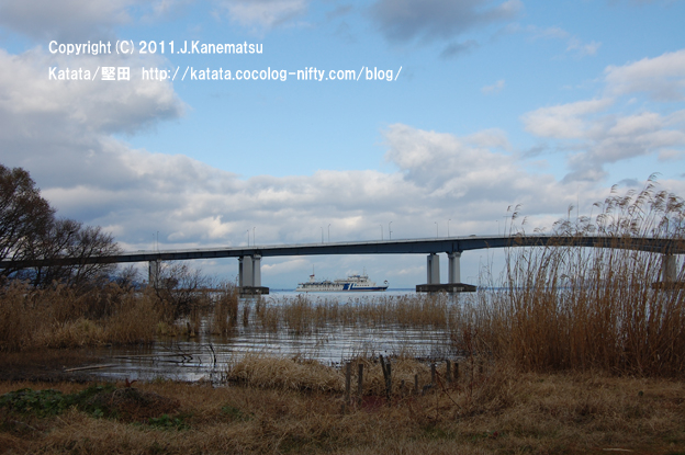 冬の琵琶湖大橋、橋の下を観光船がゆく