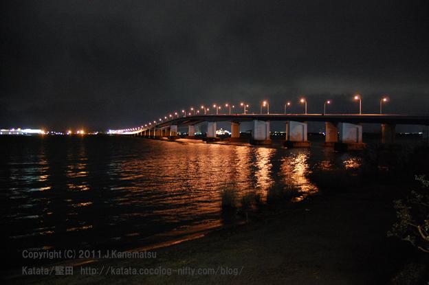琵琶湖大橋の夜景(道の駅びわ湖大橋米プラザ・二階から)