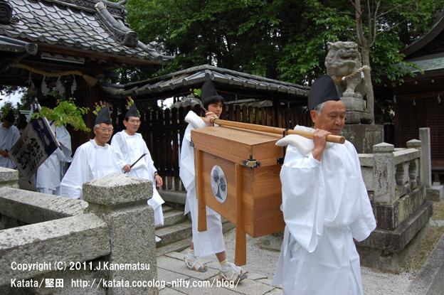 お払いの後、伊豆神社本殿を出るところ