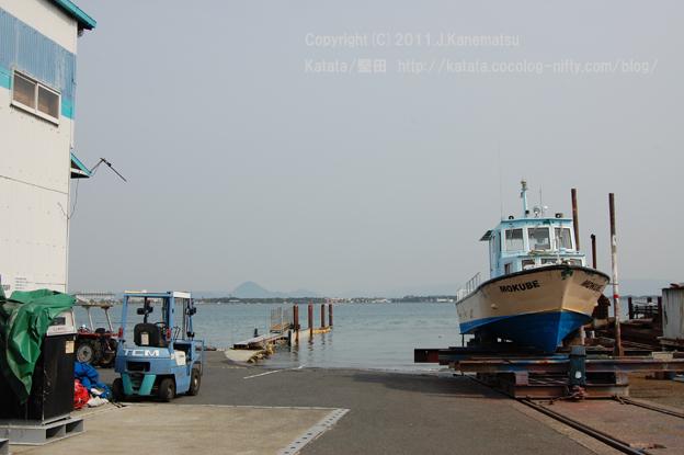フォークリフト、三上山(近江富士)、琵琶湖に桟橋、船体にMOKUBEと書かれた船