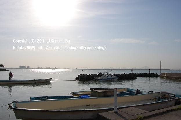朝7時、琵琶湖の入り江にて眺めた朝日