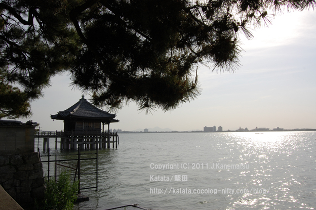 朝7時27分、浮御堂と琵琶湖の眺め