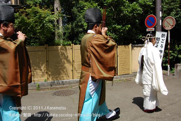 下鴨神社の巫女さんと、雅楽を演奏する神主さん