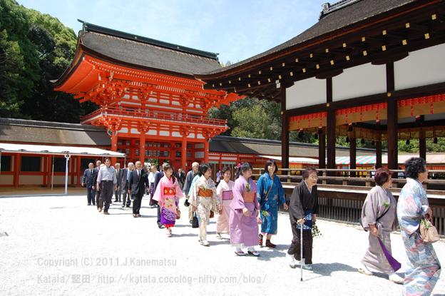 下鴨神社舞殿の脇を通り本殿へ1