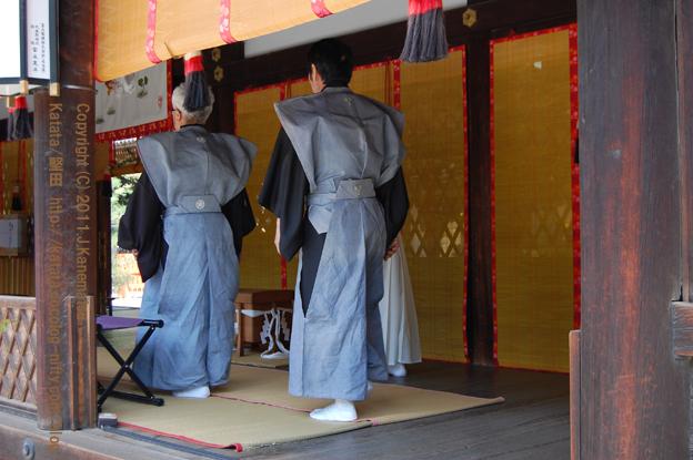 堅田の氏子代表、下鴨神社本殿での神事に向かう