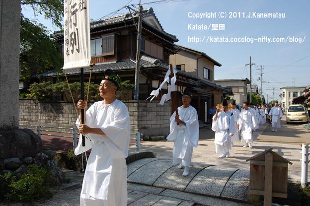 伊豆神社境内へ