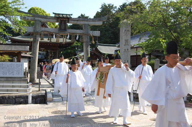 伊豆神社前を行く