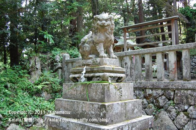 融神社の狛犬 (左側で口を閉じている狛犬=吽形)