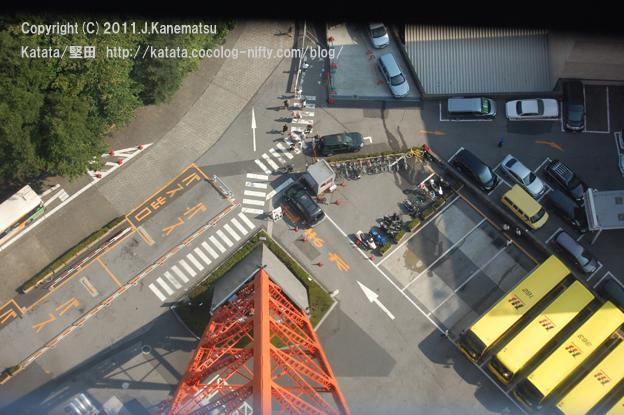 東京タワーの足?と駐車場、上から見た「はとバス」