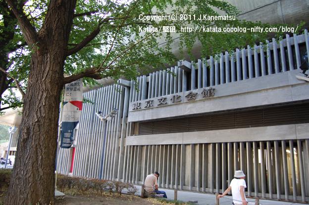 木陰で涼むひととき(東京文化会館の前にて)