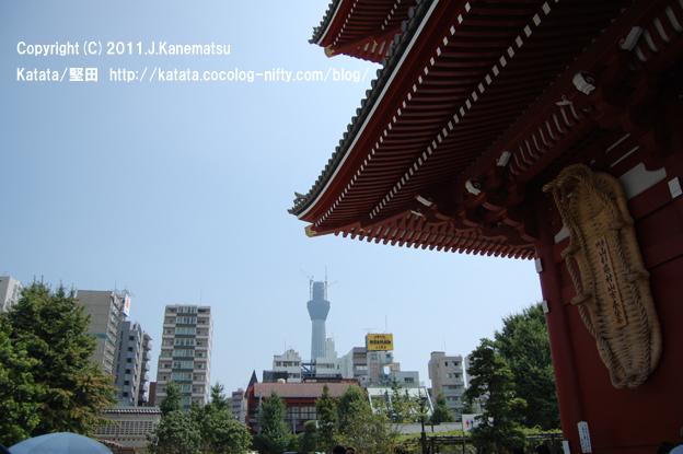 宝蔵門をくぐれば、右手には東京スカイツリー
