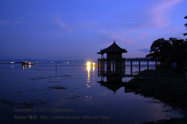 十六夜の月が出てくる直前の浮御堂(2011年9月13日撮影)