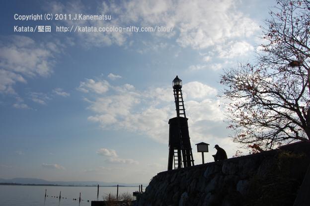 出島灯台にて、ベンチに腰掛けて琵琶湖を眺める人