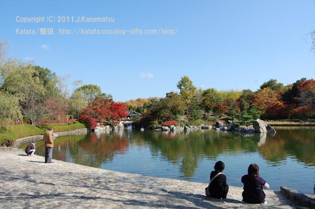 滋賀県立近代美術館北側の日本庭園「夕照の庭」にて(池の前でくつろぐ人たち)