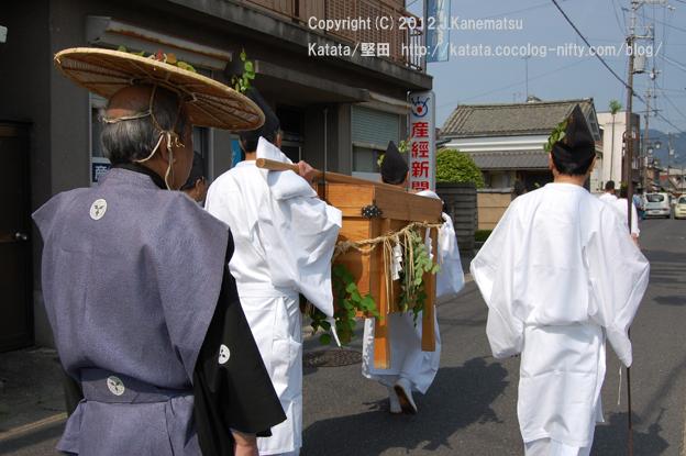 下鴨神社へ奉納するために琵琶湖の鮒を運ぶ