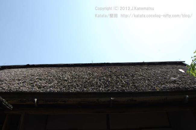 茶室の茅葺屋根