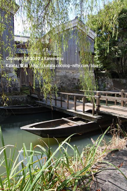 夏の八幡掘、柳と舟