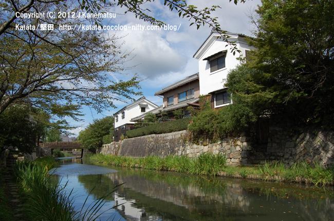 夏の八幡掘、白壁の建物と明治橋