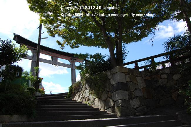 日牟禮八幡宮の鳥居(八幡掘に続く石段の途中から撮影)