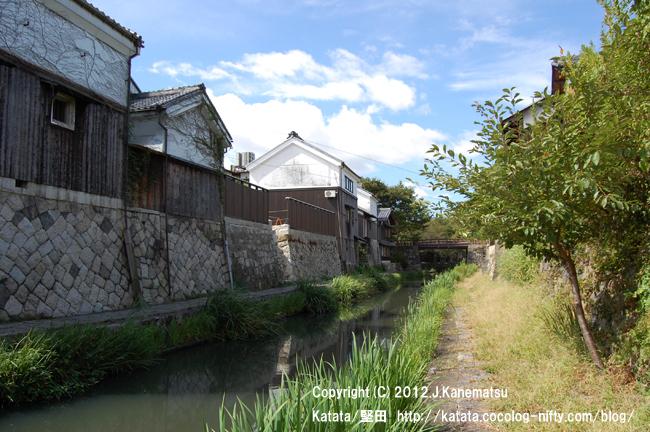 夏の八幡掘8・白い蔵と小道