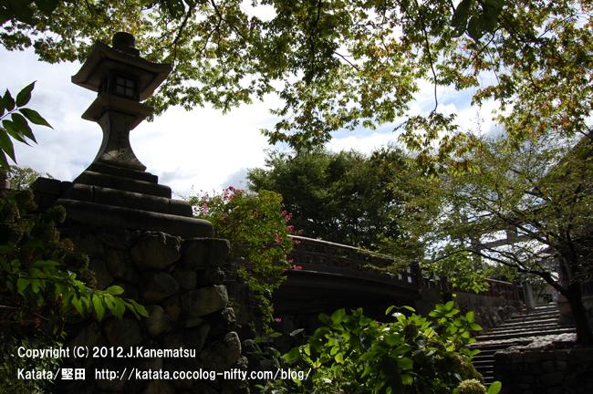 常夜灯とサルスベリの花、日牟禮八幡宮の鳥居(八幡掘に続く石段の途中から撮影)