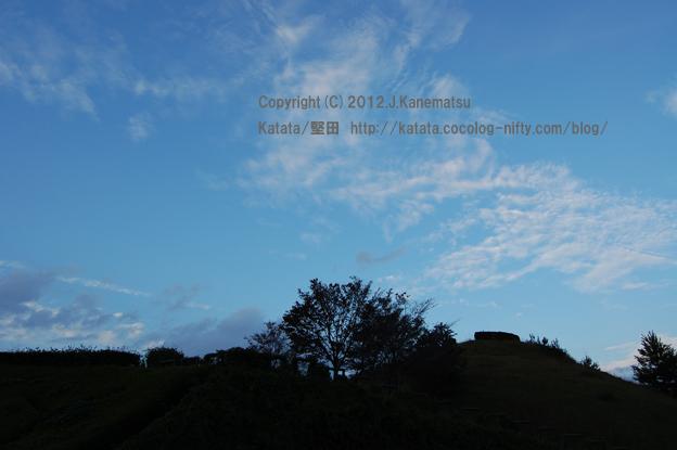 滋賀の里山から (23) 秋の日暮れ時、蒼い空