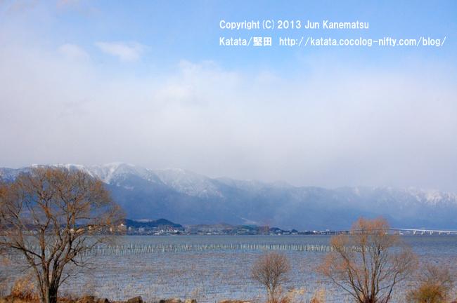 琵琶湖・烏丸半島から見た堅田のまちと、雪の比良山系