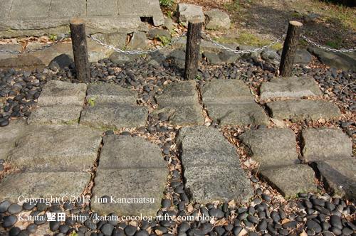 蝉丸神社前の車石