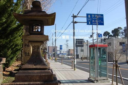関蝉丸神社下社の参道入り口と常夜灯-1