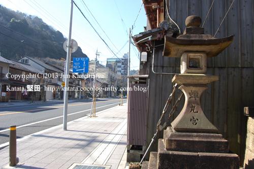 関蝉丸神社下社の参道入り口と常夜灯-2