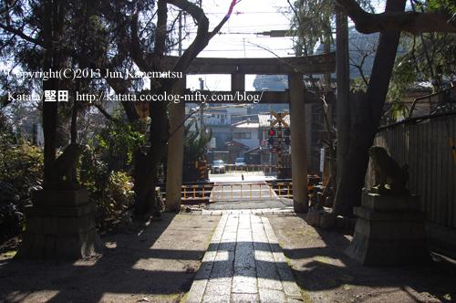 関蝉丸神社下社と京阪電車踏切(境内から撮影)