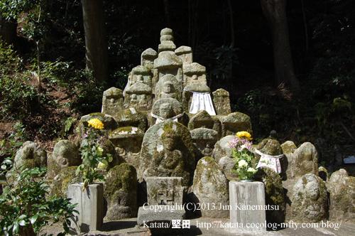 長安寺の埋もれ百体地蔵・正面から(滋賀県大津市逢坂)