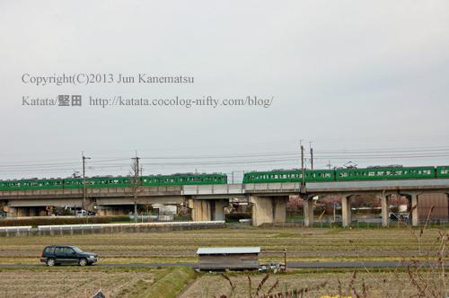 湖西線、緑色の電車(JR113系)がすれ違う風景