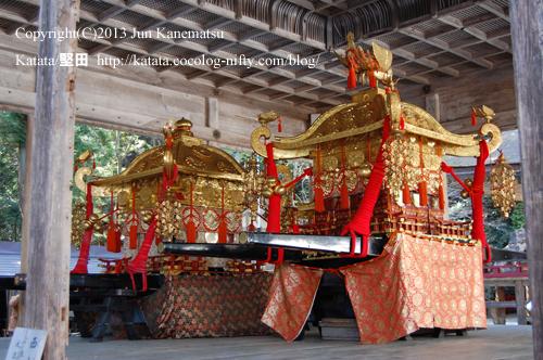 日吉大社拝殿に置かれた三社の神輿(4月13日のみ)