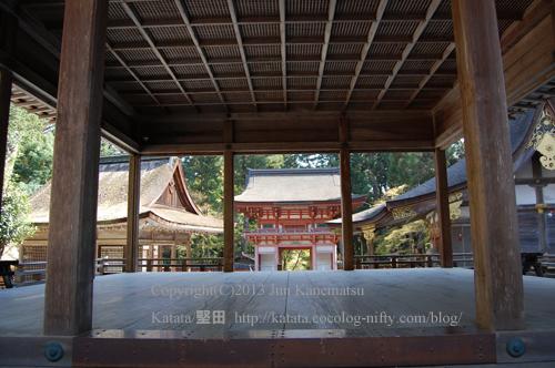 日吉大社東本宮拝殿から見た楼門と樹下神社