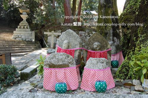 日吉大社の鳥居のそばにある石仏